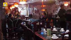辣妹服務生被逼比基尼上菜 慣老闆:驅趕寒冬