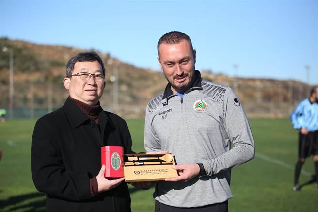 花農校長梁宇承(左)賽前致贈阿蘭亞體育U16教頭茶葉禮盒。(李弘斌攝)
