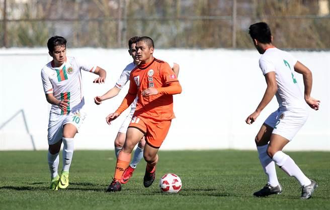 阿蘭亞體育U16小將觀念佳,都能迅速包夾花農的持球者,奪回控球權。(李弘斌攝)