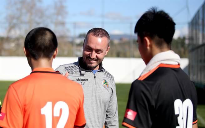 阿蘭亞體育教練賽後與花農球員握手,也分享他在場邊的觀看心得。(李弘斌攝)
