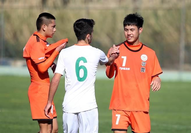 花農球員賽後與阿蘭亞體育U16球員握手,右為花農中場楊悅保。(李弘斌攝)