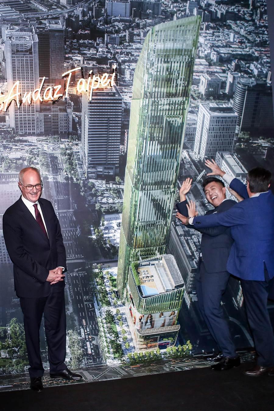 凱悅酒店集團旗下最高等級品牌的柏悅 (Park Hyatt) 與安達仕 (Andaz),23日正式宣布將攜手打造備受期待的國際級複合式地標摩天樓 Taipei Sky Tower(簡稱TST),這是台北信義區全球首座結合雙品牌飯店、現代化劇場及體驗式零售的嶄新跨界概念,詮釋亞洲獨有生活風格的新地標。碩河開發董事長詹偉立(右2)與凱悅國際酒店集團亞太區總裁David Udell(左)簽約,正式引進凱悅旗下柏悅酒店(Park HYATT)與五星級潮牌酒店安達仕酒店(Andaz),新飯店預計2020年開幕。(鄧博仁攝)