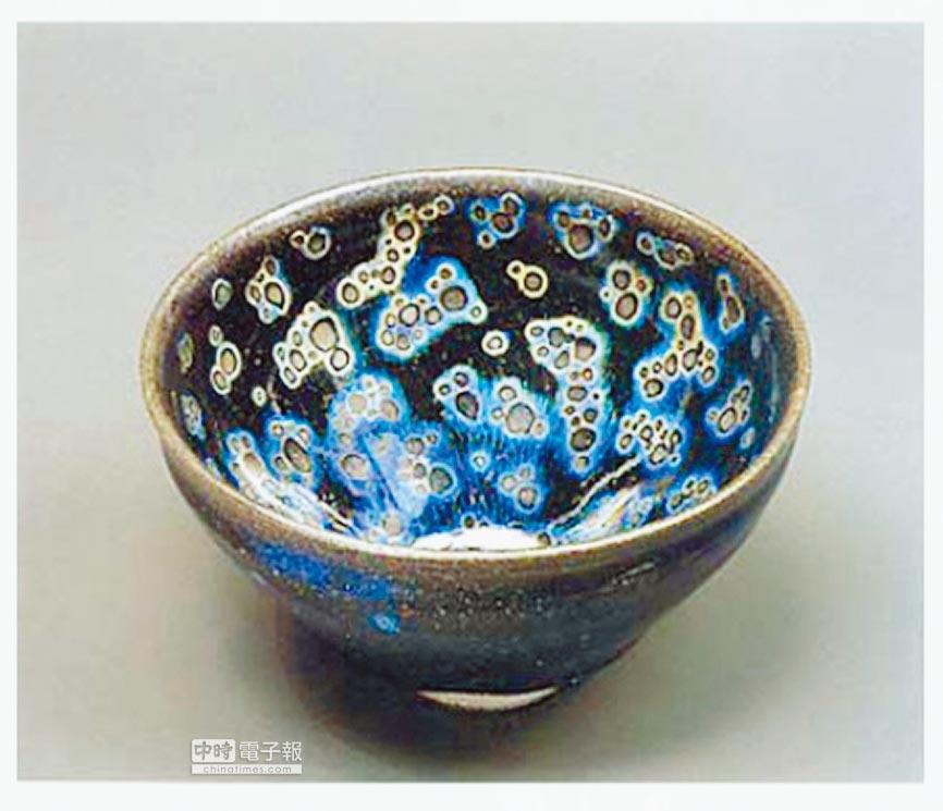 收藏在東京靜嘉堂文庫美術館的國寶曜變天目茶碗。(取自靜嘉堂文庫美術館官網)