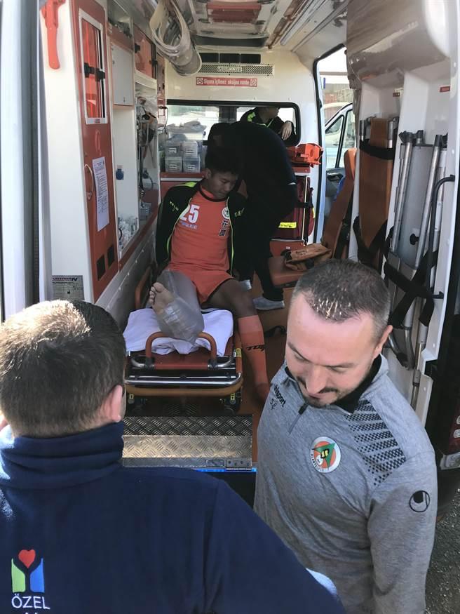 花農後衛黃子銘搭乘土耳其的救護車就醫治療。(李弘斌攝)