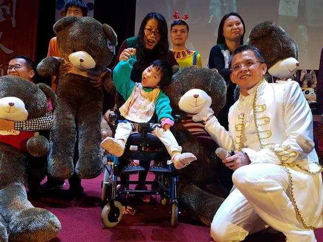 現場有42隻超大玩偶供台下來賓進行抽獎,獲得大玩偶的孩子們相當興奮上台與活動發起人精湛建設總經理陳志聲(右)合影留下美好回憶。(張妍溱攝)