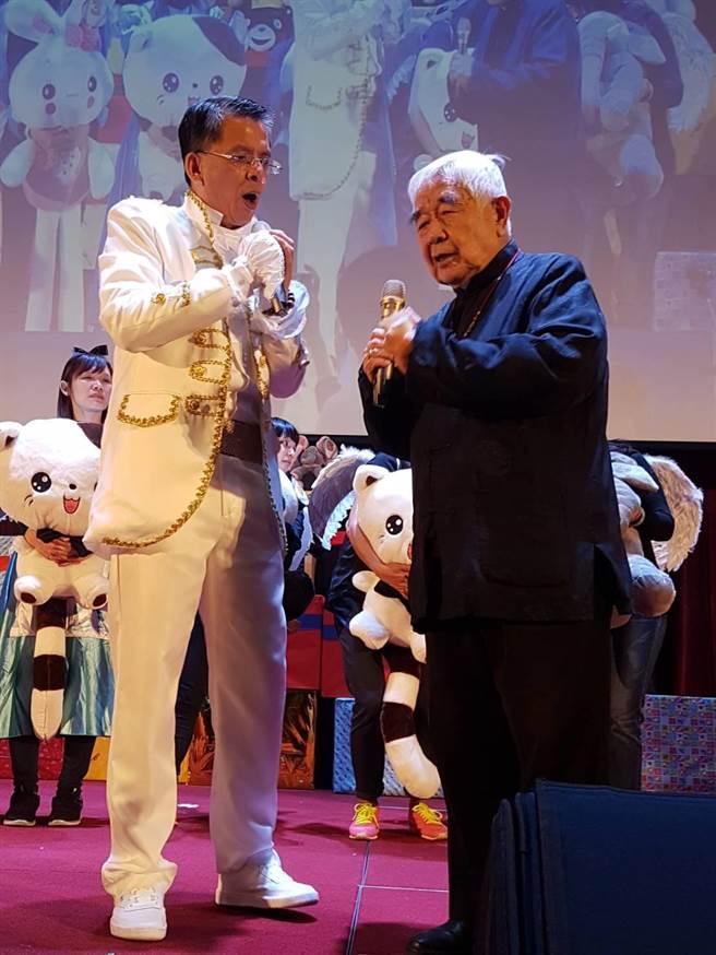 台北天主教退休總主教狄剛(右)首次參與,並親自上台讚賞活動發起人精湛建設總經理陳志聲(左)好人做善事,為活動祈福。(張妍溱攝)