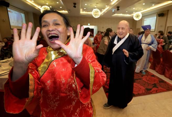 甘霖日照中心的長輩,24日換上傳統民族服飾,開心走紅地毯進場,參加日照長輩圍爐活動。(黃國峰攝)