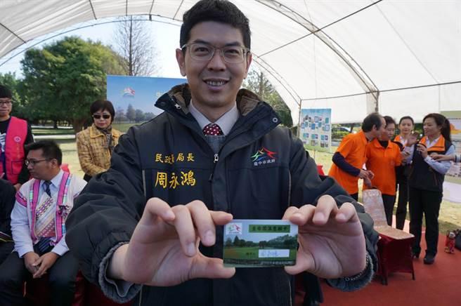 台中市民政局率全國之先,推出「生命圓滿意願卡」,提供民眾生前預立環保葬意願的管道。(王文吉攝)