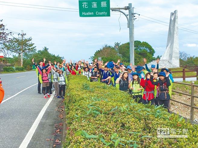 康橋國際學校學子,徒步完成花東海岸90公里長征。(康橋國際學校提供)