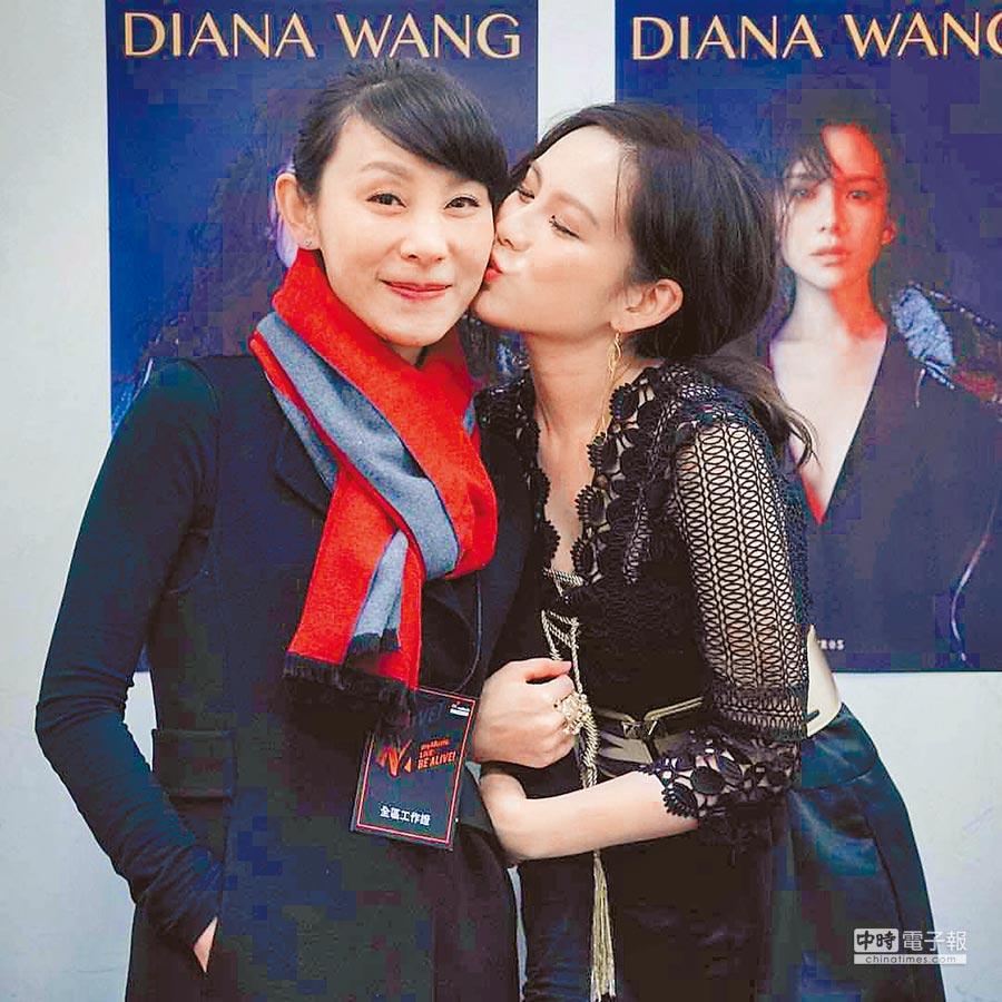 王詩安(右)和媽媽王蕾感情好。(取材自臉書)