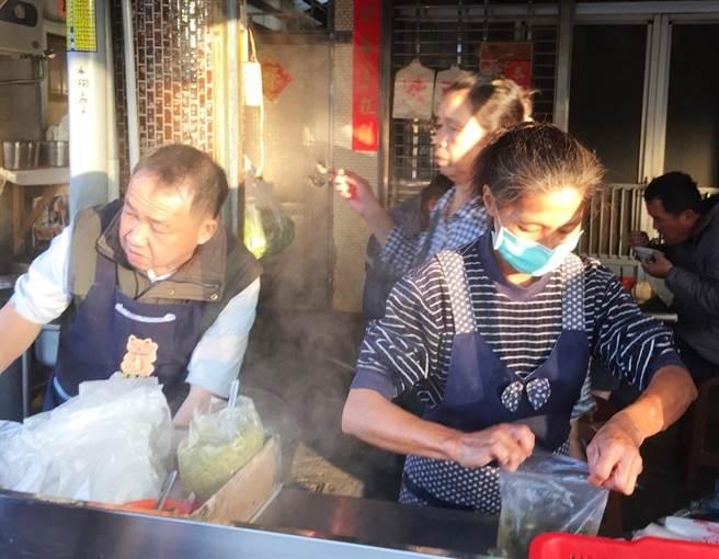 「林家碗粿肉粽」有50年歷史,目前由第二代的林相竣(左)伉儷接手傳承好滋味。(周麗蘭攝)