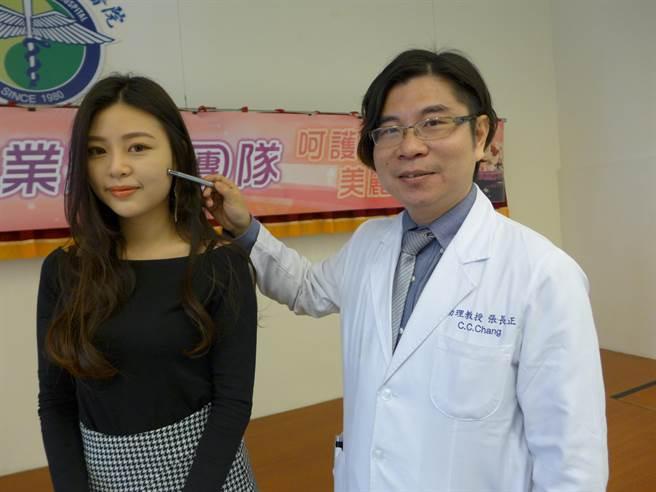 中國醫藥大學附設醫院美容醫學中心主任張長正指出,Iris到醫院就診時顴骨有片黑斑,目前已幾乎看不見。(林欣儀攝)