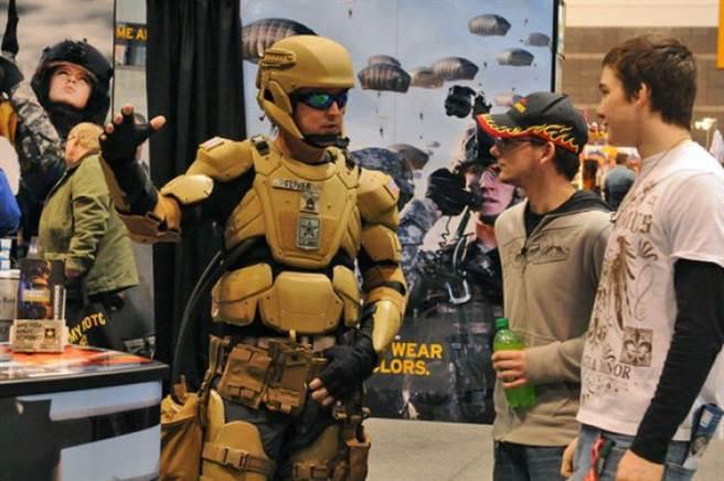 2012年軍備展上,美軍展示的機械外裝甲概念服。(圖/美國陸軍)
