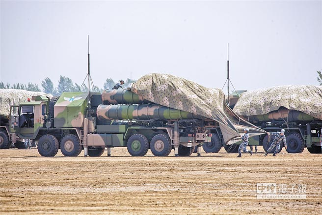 陸裝備新型紅旗-19中程防空飛彈,陸基海基防守範圍擴大。圖為解放軍中部戰區舉行紅旗-9防空部隊演練。(取自鳳凰網)