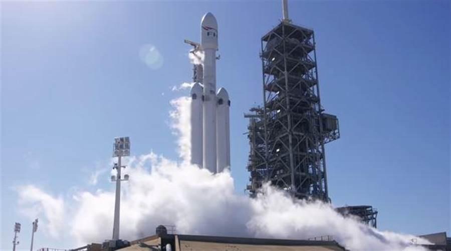 獵鷹重型火箭成功完成點火測試,可望在1月底正式升空。(圖/Space X)