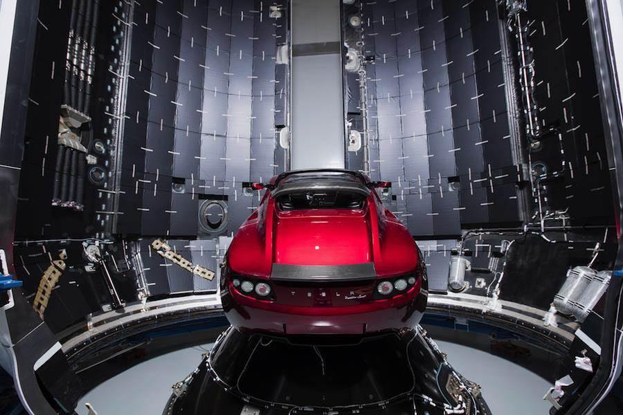 馬斯克決定將特斯拉電動車裝在獵鷹重型火箭的酬載段,使特斯拉車成為第一種在太空飛行的民用車。(圖/SpaceX)