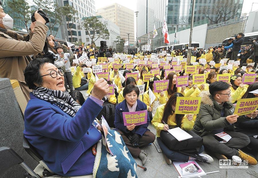 慰安婦李容洙(左)曾在首爾日駐南韓大使館前,與民眾喊口號。(美聯社)