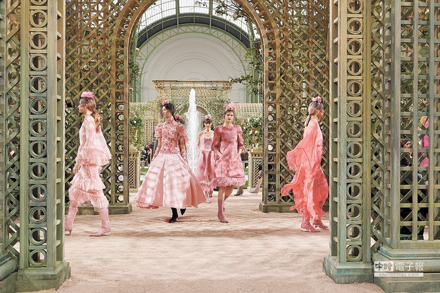 由卡爾拉格斐操刀的CHANEL香奈兒2018春夏高級訂製服系列,以法式古典庭園及繁花為本季靈感泉源。(CHANEL提供)