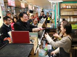 林右昌走訪二星級源遠市場 發紅包給攤商拜早年