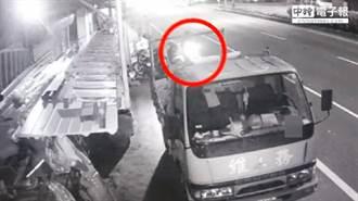 騎車突然偏移...男大生自撞貨車倒地亡