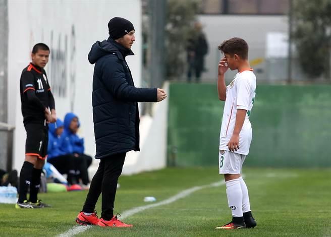 阿蘭亞體育教練烏魯索伊(左)表示,真的有重要指示要下達,他會把球員叫到場邊來講。(李弘斌攝)