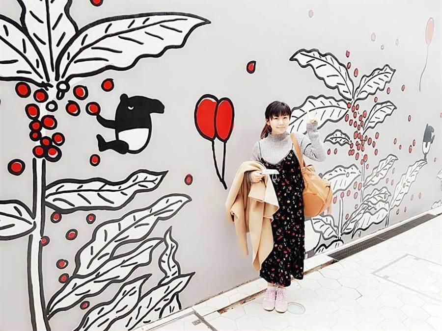 福原愛到日本特地造訪與台灣人氣插畫角色馬來貘合作的DOMO CAFÉ,稱讚店裡的珍珠奶茶超級好喝。(福原愛臉書翻攝)