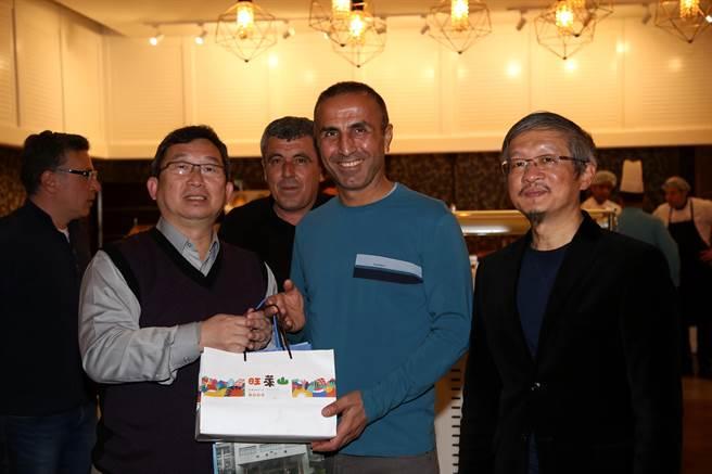 花農校長梁宇承(左)在晚宴時致贈茶葉禮盒與鳳梨酥給卡夫索格魯當伴手禮,右為我駐土耳其大使鄭泰祥。(李弘斌攝)