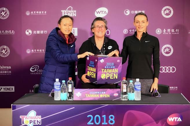 張凱貞與馬尼亞鮑丹(Ana Bogdan)出席抽籤儀式。(WTA臺灣公開賽大會提供)