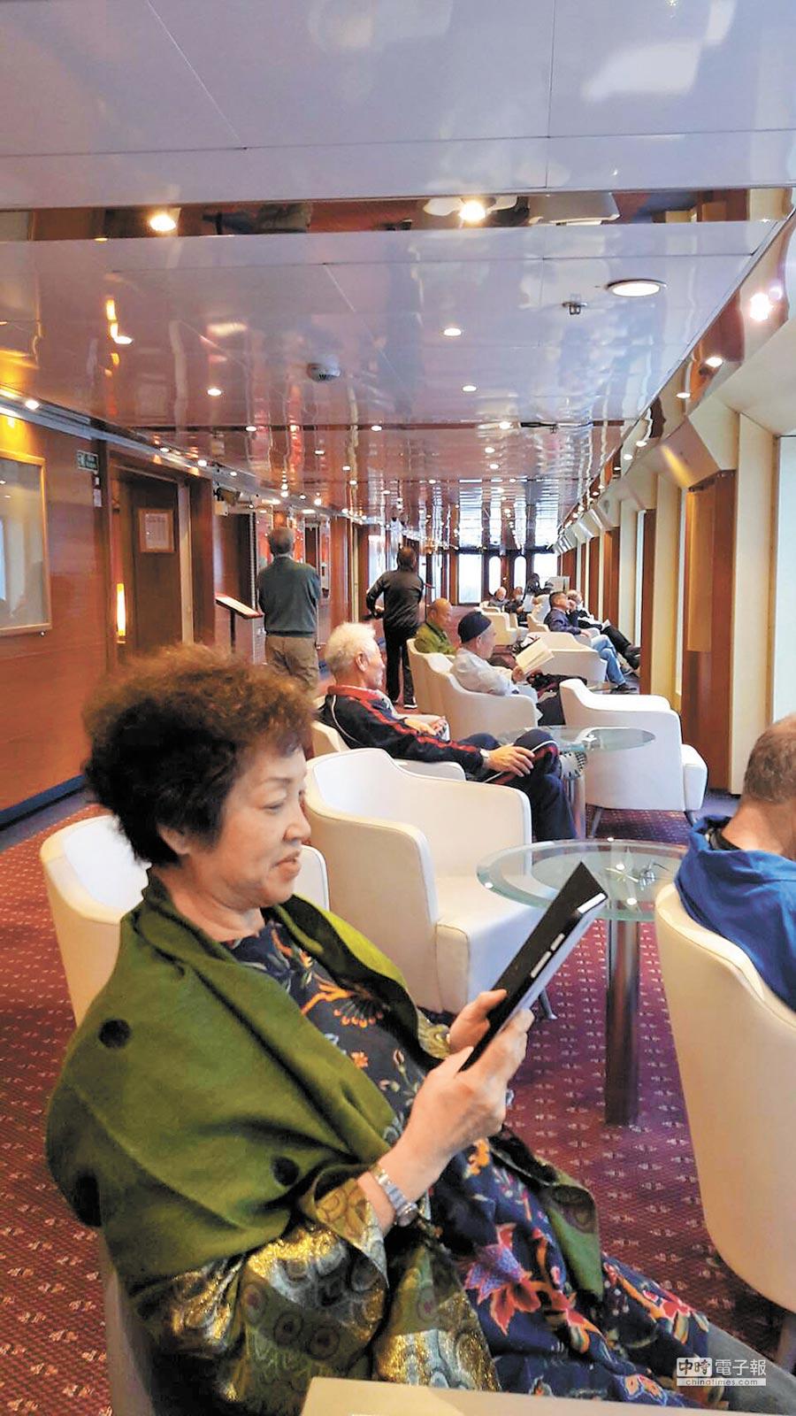 船上的公共空間可以自在看書、看海。