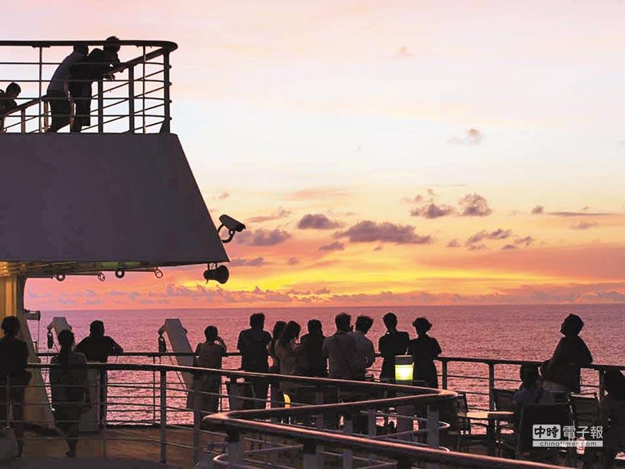 眺望廣闊的大海迎接日出日落,讓人煩惱盡消。(東南旅行社提供)