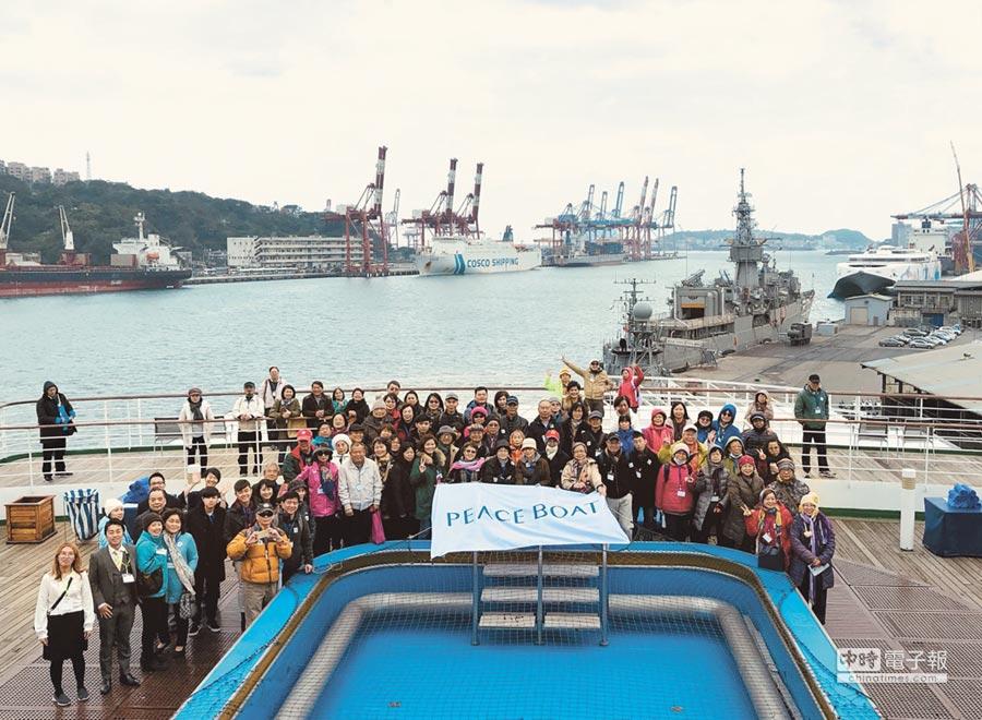 1月12日有超過百位旅客在船上齊聚,為他們即將出發的環遊世界第98回(5/12-8/21)慶祝。(東南旅行社提供)