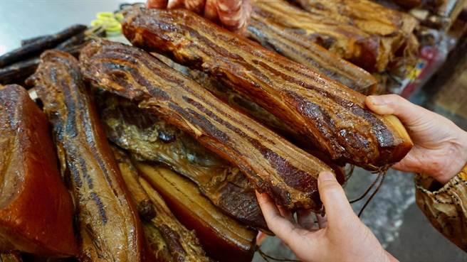 桂來標湖南臘肉一斤200元,平均一條約在500元上下。(林承彥 攝)