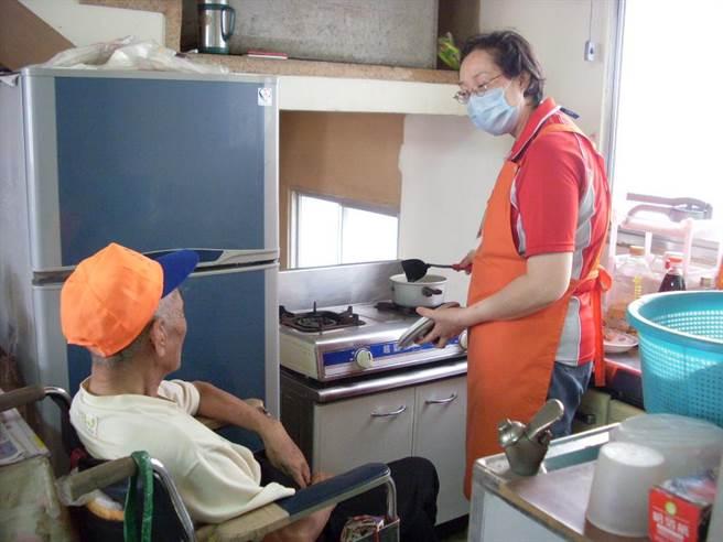 台中市衛生局於春節期間特別提供長照服務不打烊,可協助讓照顧者利用假期喘息,而日常生活需受照顧的民眾也能獲得妥善照顧。(馮惠宜翻攝)