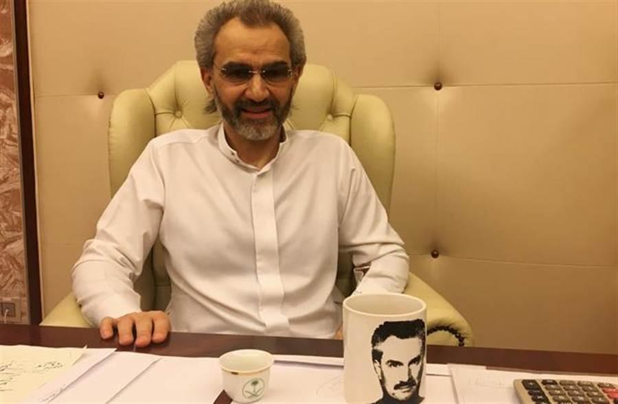 阿瓦里德親王周六(27日)證實獲釋,獲釋前在被拘留的五星級飯店內接受路透社專訪(圖/路透)