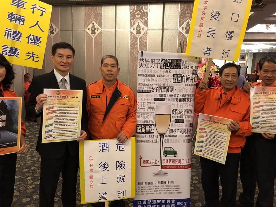 太平警分局長張則誠(左一)利用周末到轄區餐廳向業者和民眾宣導千萬別酒後駕車。(馮惠宜翻攝)