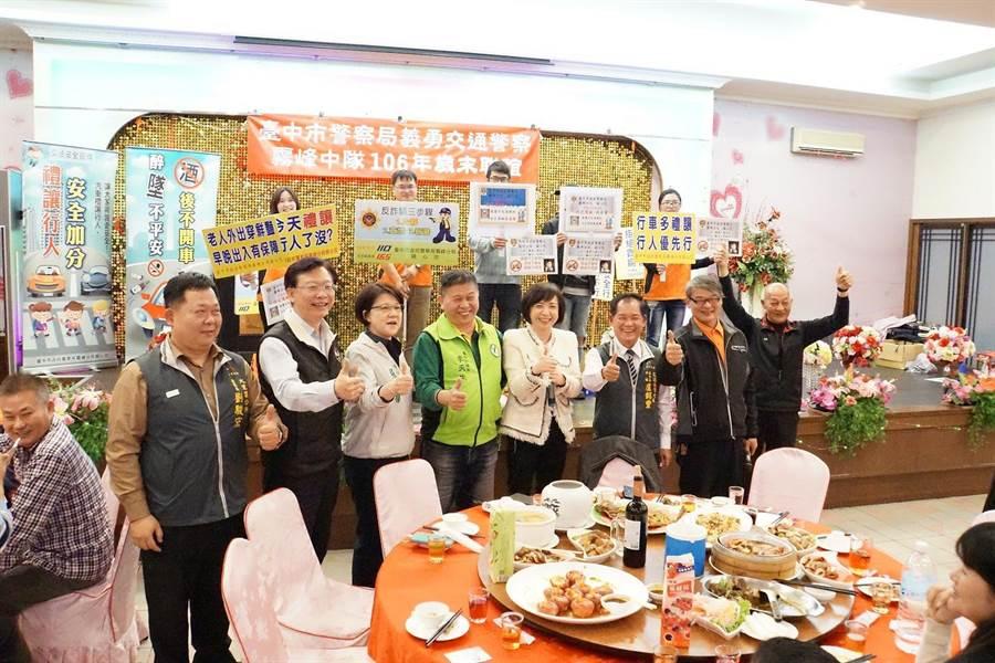 霧峰警分局於27日在義交歲末聯歡會場結合餐廳業者舉辦大型防制酒駕宣導活動。(馮惠宜翻攝)