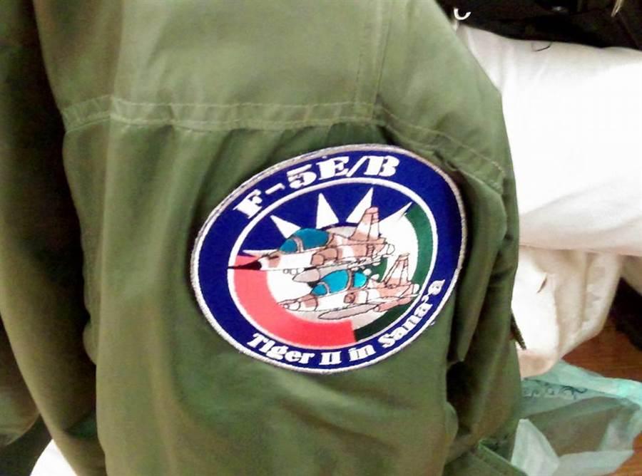 大漠計畫的其中一個徽章,上頭是F-5E/B戰機,背景是中華民國、沙烏地阿拉伯和葉門的軍徽,下方寫著「虎2戰機在沙那」。(江飛宇/攝)