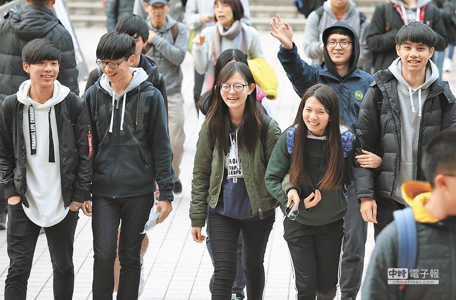 結束2天大學學測考試後,考生們及陪考人員臉上帶著輕鬆笑容步出考場。(姚志平攝)