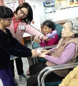草屯療養院的寒假老年暨兒童日間病房公益活動 讓老人家和孩子都感溫馨