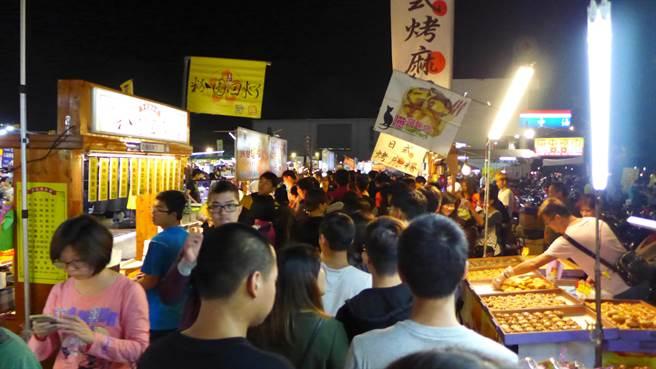 台中「環中夜市」曾多達300個攤位,如今卻草草收攤。(本報系資料照片)