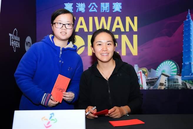 中國大陸好手朱琳(右)於WTA台灣賽出席球迷見面會。(大會提供)