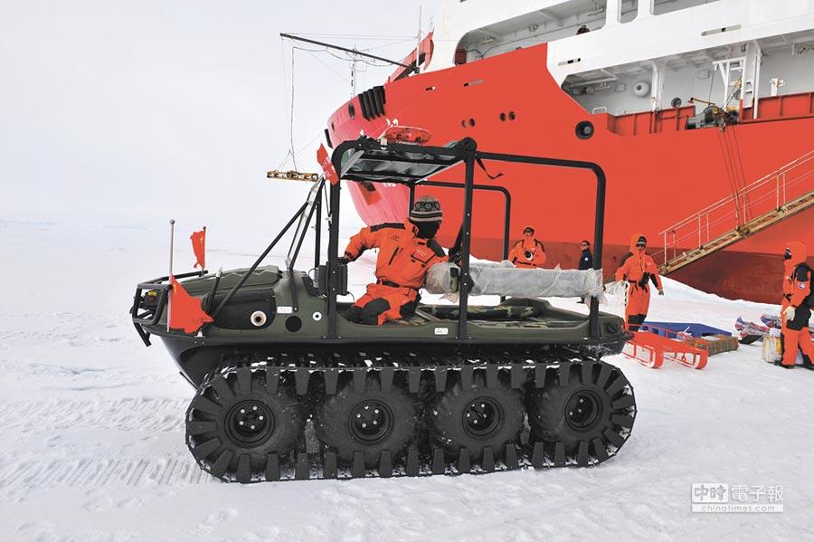 大陸北極科考隊員駕駛全地形車準備裝運物資。(新華社資料照片)