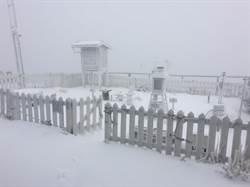 玉山今晨降雪 深達2公分
