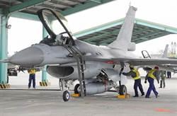辣妹鑽F-16座艙嘟嘴拍照 空軍:6年前舊照被拿出當料爆