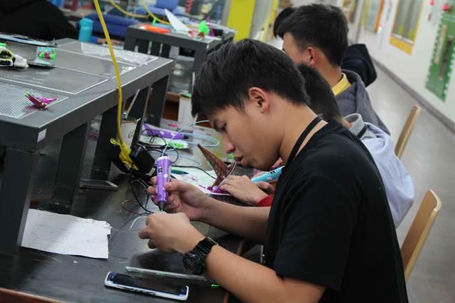 國立高雄第一科技大學(簡稱第一科大)配合政府新南向政策,1月16日至1月29日舉辦兩梯次的「冬日學校──智慧生活創意工坊」。(第一科大提供)