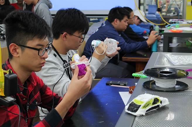 「冬日學校──智慧生活創意工坊」共分兩梯次舉辦,提供一系列具啟發性的創意與創客課程,包括創意思考、雷射切割、3D筆體驗、製作簡易模型等課程為主軸。(第一科大提供)