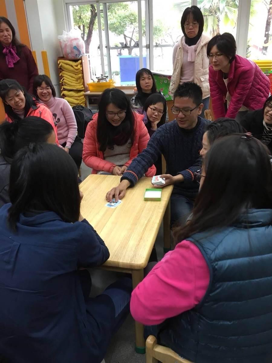 台南市教育產業工會與台南市教師會,30日於大灣國小附設幼兒園舉辦「玩出好多力--談桌遊在幼兒教育上的運用」,吸引近50名各縣市公私立幼教老師參加研習。(曹婷婷攝)