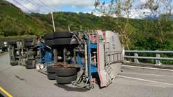 花蓮油罐車翻覆 化學物質恐外洩 警消擴大封鎖範圍