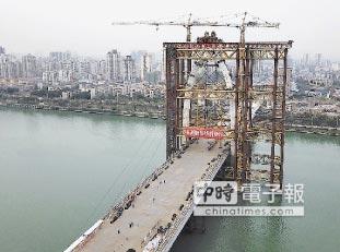 白沙大橋主塔合龍 柳州之門亮相