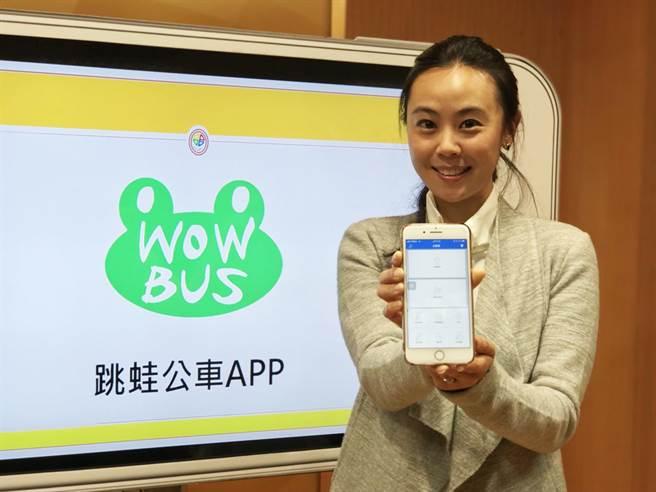 新北市交通局與新北市公車公會合作開發「跳蛙公車APP」,讓民眾自己設計公車路線。(葉德正攝)